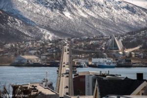 Die Tromsøbrua verbindet die beiden Stadtteile und ist über 1 KM lang.